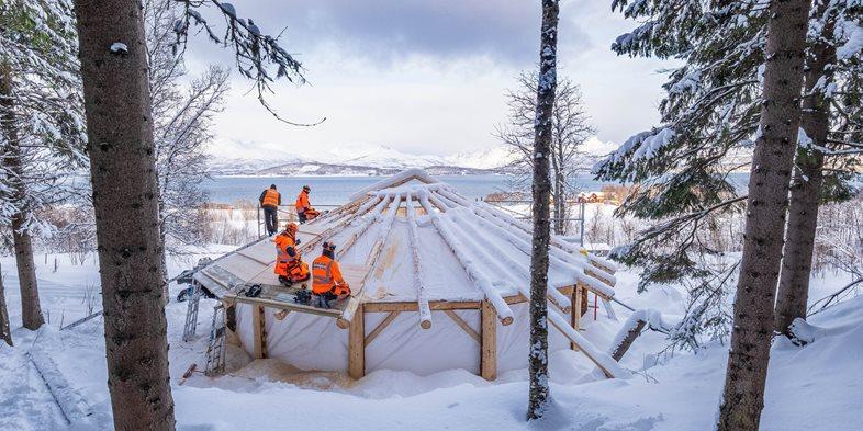 Peab-lærlinger bygger tak på gapahuk